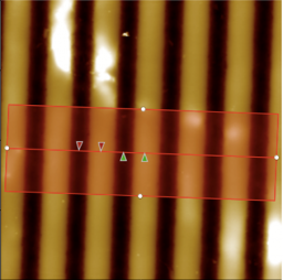 Surface structurée et impulsion laser femtoseconde, pour une émission de protons de haute énergie