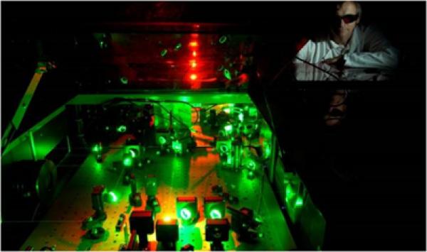Dynamique électronique dans les diélectriques: des défauts ponctuels au claquage optique