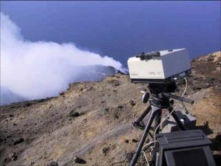 Analyse spectroscopique des gaz éruptifs et profondeur d'origine des éruptions volcaniques stromboliennes